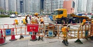Arbetare för vägkonstruktion och väg royaltyfri foto
