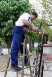 arbetare för vinkelgrinder Royaltyfria Bilder