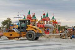 Arbetare förbereder område för att lägga förberedande tjock skiva på bakgrunden av lekplatsen i Volgograd Royaltyfri Fotografi