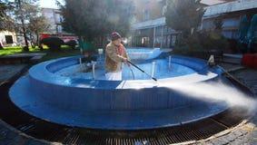 Arbetare förbereder springbrunnen för ny målarfärg Fotografering för Bildbyråer