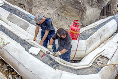 Arbetare förlägger uppsättningen av termisk isolering för polystyren på nytt p Arkivbilder