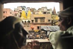 Arbetare från kår som bränner heligt område, Varanasi Royaltyfria Foton