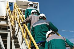 Arbetare går till oljeplattformen royaltyfria foton