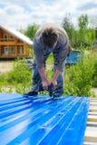 Arbetare gör ett tak i ett landshus royaltyfri bild