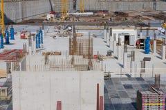 Arbetare gör förstärkningen för betonggrund Arkivfoto