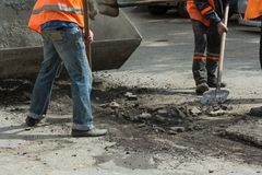 Arbetare gjorde ren den gamla asfalten Royaltyfri Bild