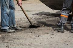Arbetare gjorde ren den gamla asfalten Arkivbilder