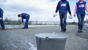 Arbetare i blått är klara att arbeta för staden i utomhus- gem Closeup av en arbetare Arbetare i blått doppar borsten in royaltyfri bild