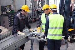Arbetare i CNC-maskin shoppar royaltyfri bild