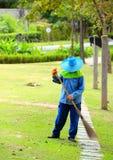 Arbetare i en trädgård Arkivfoto
