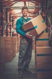 Arbetare i ett reservdellager Arkivfoto