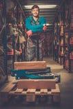 Arbetare i ett reservdellager Royaltyfri Fotografi