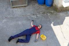 Arbetare i ett svagt efter dramatisk skada fotografering för bildbyråer