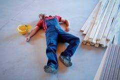 Arbetare i ett svagt efter på--jobb skada royaltyfri foto