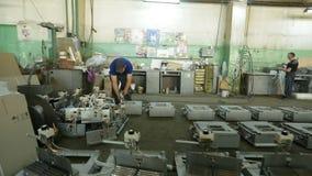 Arbetare i fabriken lager videofilmer