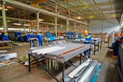 Arbetare i fabriks- seminarium på växten Arkivfoton