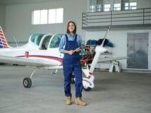 Arbetare i hangar Royaltyfri Fotografi