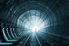 Arbetare i järnväg tunnel under konstruktion arkivfoton