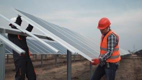 Arbetare installerar den photovoltaic panelen Fotografering för Bildbyråer