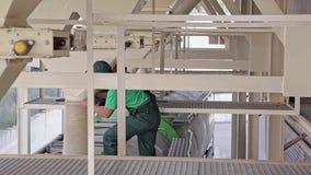Arbetare laddar grynig djur matning in i en lastbil lager videofilmer