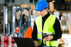 Arbetare med bildläsaren och bärbar dator på spedition Arkivfoton