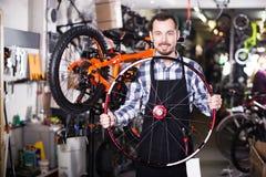 Arbetare med cykelhjulet Royaltyfri Foto