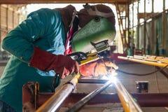 Arbetare med för svetsningmetall för skyddande maskering strukturen Royaltyfria Foton