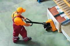 Arbetare med gaffelpalettlastbilen arkivfoton