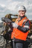 Arbetare med kol i händerna Arkivfoton