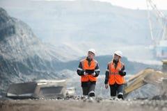 Arbetare med kol på den öppna gropen arkivfoto