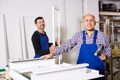 Arbetare med PVC-fönster och dörrar Royaltyfri Bild
