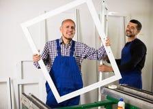 Arbetare med PVC-fönster och dörrar Royaltyfria Foton