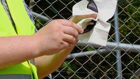 Arbetare med solglasögon 3 för en servettlokalvård stock video