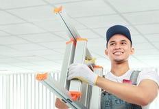 Arbetare med stegen Arkivbild