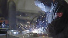 Arbetare med svetsningmetall för skyddande maskering lager videofilmer