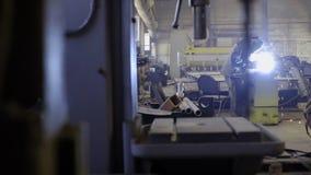 Arbetare med svetsningmetall för skyddande maskering stock video