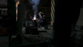 Arbetare med svetsningmetall för skyddande maskering svetsning i svart bakgrund i ultrarapid Man med svetsning för skyddande mask arkivfilmer