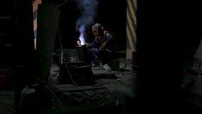 Arbetare med svetsningmetall för skyddande maskering svetsning i svart bakgrund i ultrarapid Man med svetsning för skyddande mask stock video