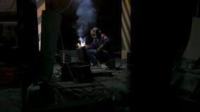 Arbetare med svetsningmetall för skyddande maskering svetsning i svart bakgrund i ultrarapid Man med svetsning för skyddande mask lager videofilmer