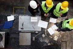 Arbetare och chef på fabriken Royaltyfri Bild