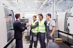 Arbetare och CNC-maskiner royaltyfri fotografi