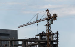 Arbetare och kran på en konstruktionsplats Royaltyfria Bilder