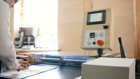 Arbetare och printingmaskin, polygrafbransch arkivfilmer