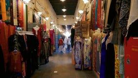 Arbetare och shoppingställningar i mellersta östlig soukmarknad stock video