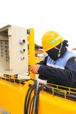 Arbetare om elektricitet Arkivbild