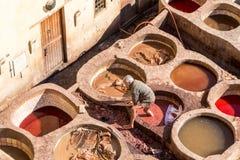 Arbetare på den Chouara garveriet royaltyfri foto