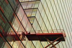 Arbetare på den glass fasaden Fotografering för Bildbyråer
