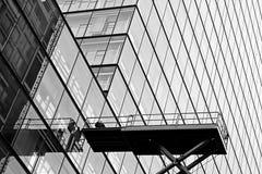 Arbetare på den glass fasaden Arkivbilder