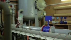 Arbetare på den olje- mäta stationen stock video