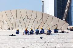 Arbetare på det qatariska nationella museet, Doha Royaltyfri Foto